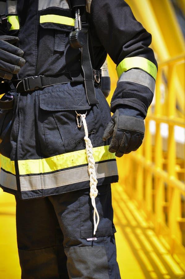 Brandvechter op olie en gas de industrie, succesvolle brandbestrijder op het werk stock afbeelding