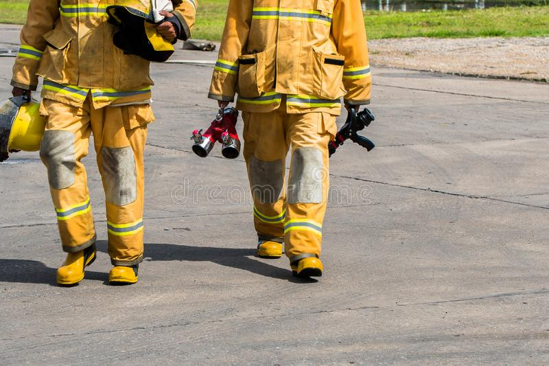 Brandvechter in volledig toestel die zich buiten een staalgebouw klaar bevinden binnen te gaan stock afbeelding