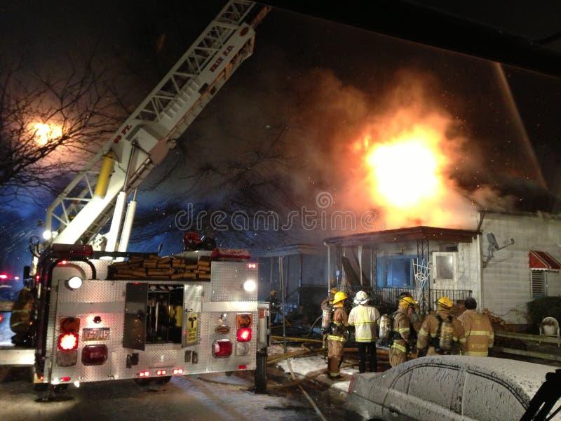 Brandvechters die huisbrand vechten royalty-vrije stock fotografie