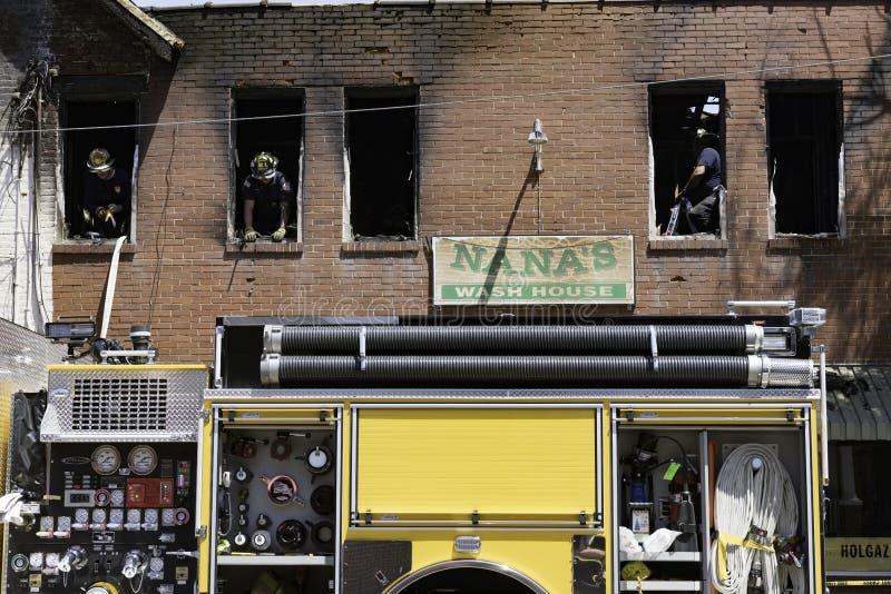 Brandvechters die na brand schoonmaken royalty-vrije stock foto's