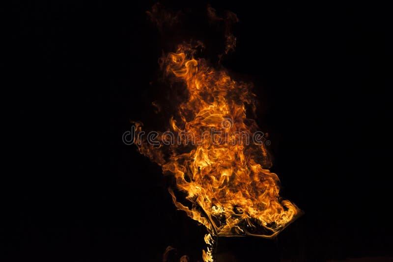 Brandvlam op zwarte achtergrond stock afbeelding