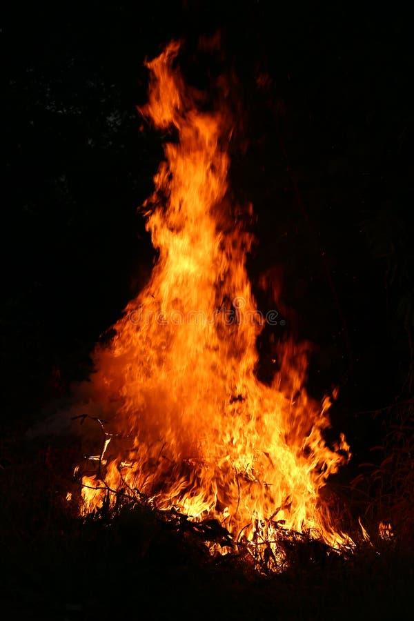 Brandvlammen die op een donkere achtergrond branden royalty-vrije stock foto's