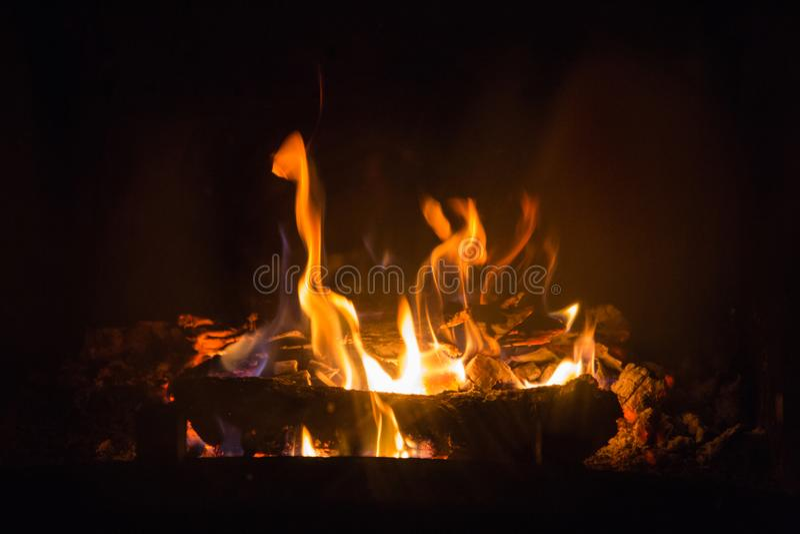 Brandvlammen met as in open haard stock afbeeldingen