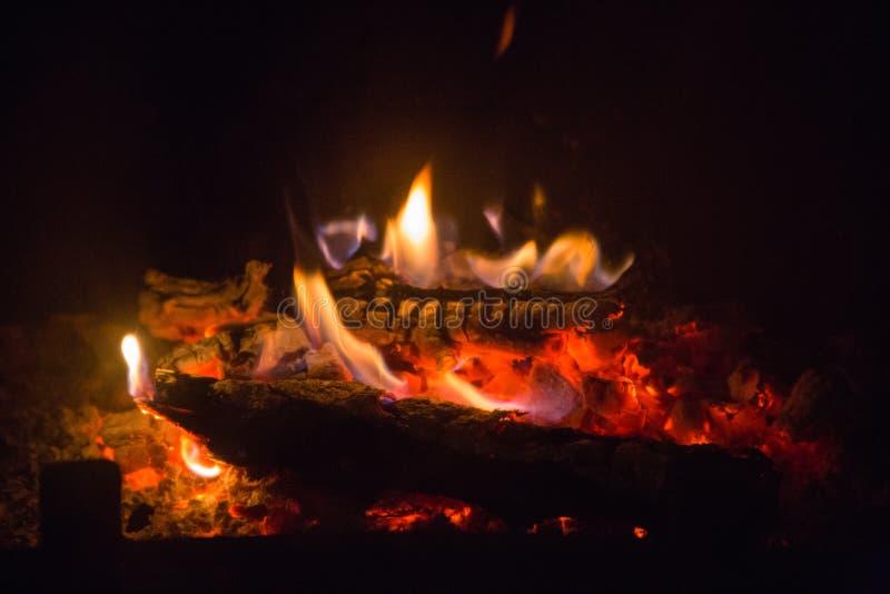 Brandvlammen met as in open haard stock foto's