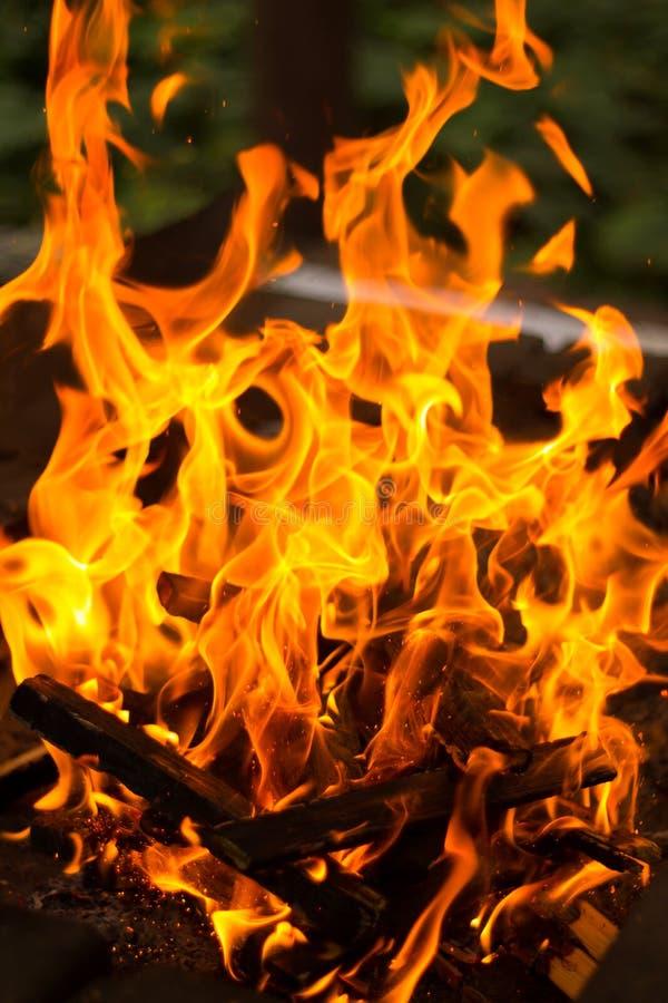 Brandvlammen op donkere achtergrond stock foto's