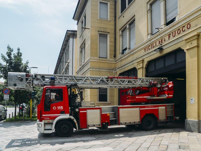 Brandvrachtwagen binnen een brandweerkazerne wordt geparkeerd die stock afbeeldingen
