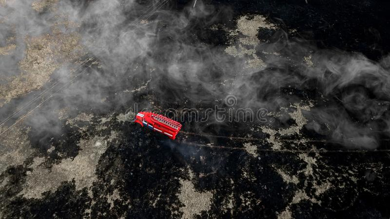 Brandvrachtwagen op brand luchtfotografie stock foto