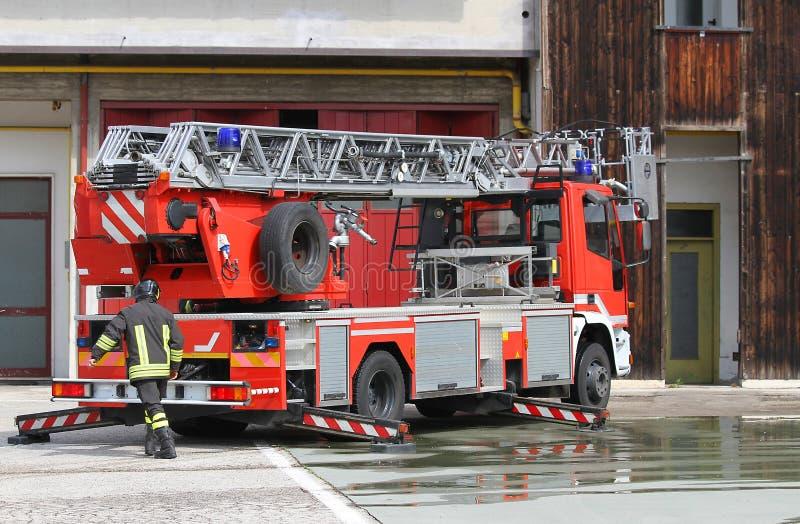 Brandvrachtwagen van Italiaanse brandbestrijder tijdens tijdens een noodsituatie stock foto