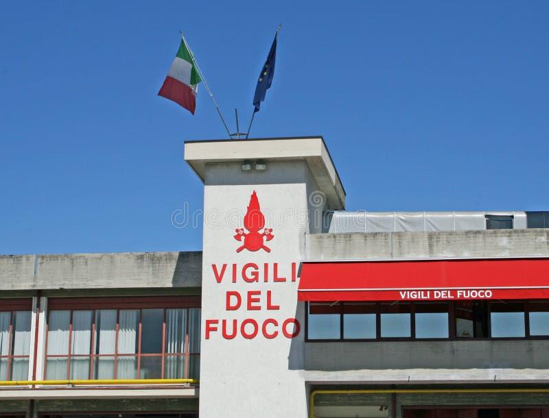 Brandweerkazerne met het Italiaanse vlaggen golven stock foto's