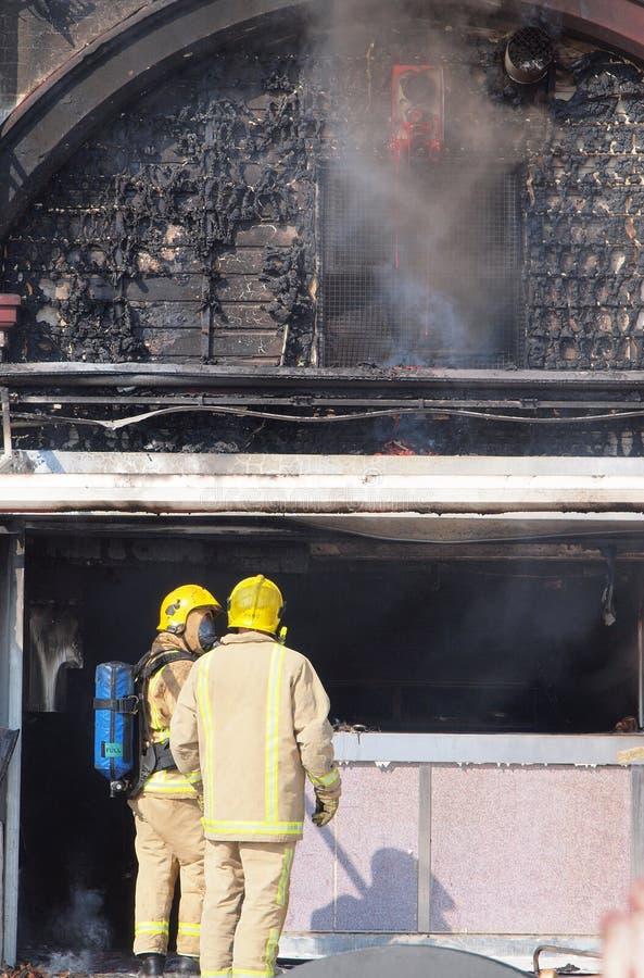 Brandweerlieden die schade beoordeling van royalty-vrije stock foto