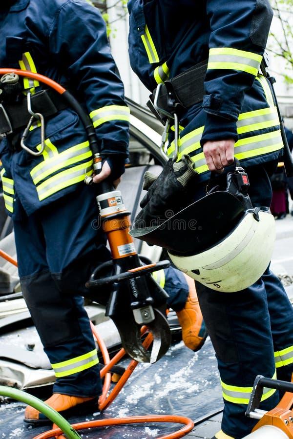 Brandweerlieden na het werk stock afbeelding