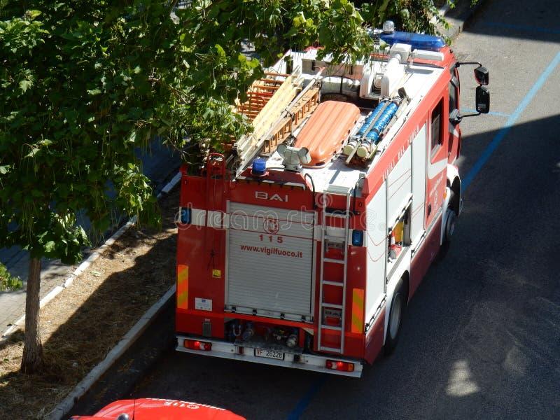 Brandweerlieden op het werk royalty-vrije stock afbeelding