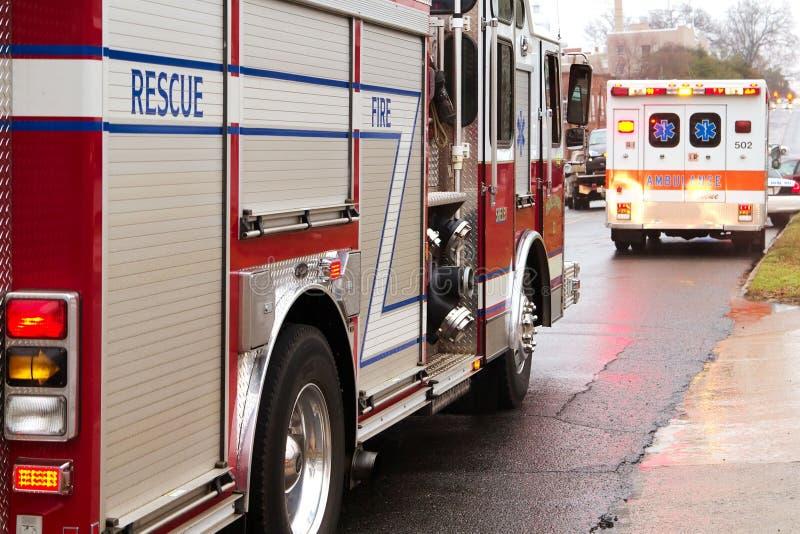 Brandweerlieden op hun manier aan de scène   stock afbeeldingen