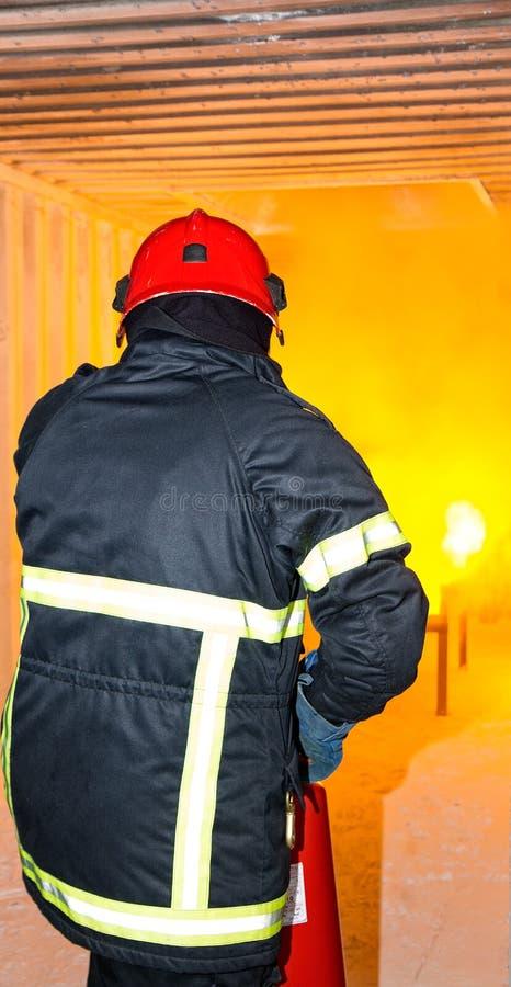 Brandweerman die - opleiden stock afbeelding