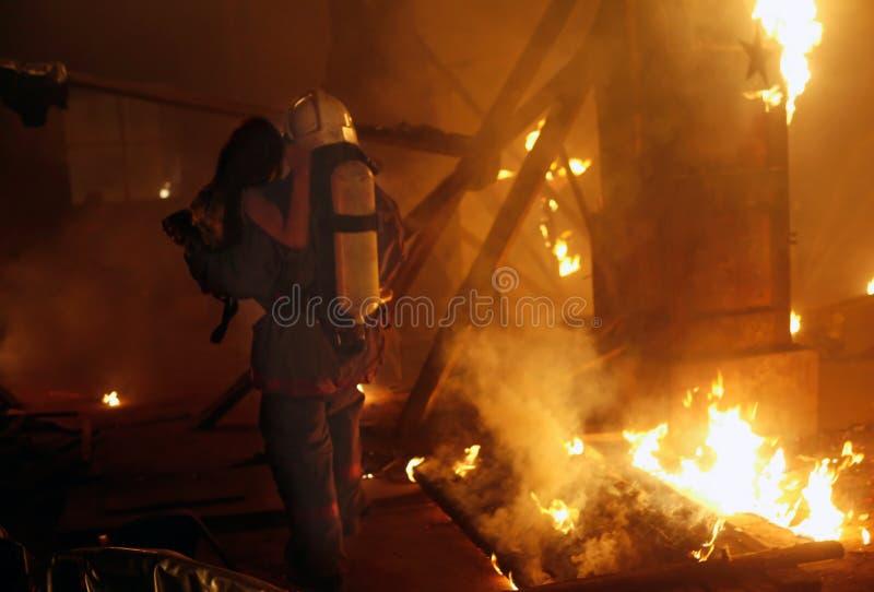 Brandweerman met ongevallenslachtoffer stock afbeelding