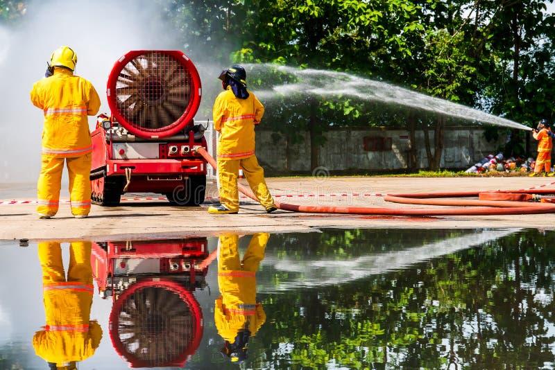 Brandweerman op de brand stock afbeeldingen