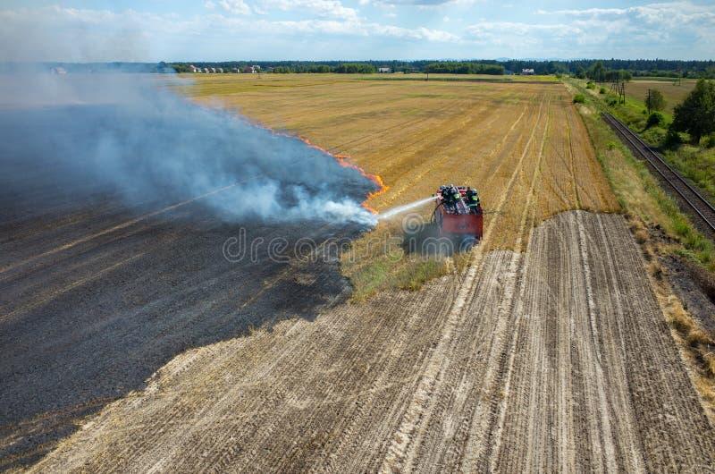 Brandweermanvrachtwagen die aan het gebied op brand werken royalty-vrije stock foto's