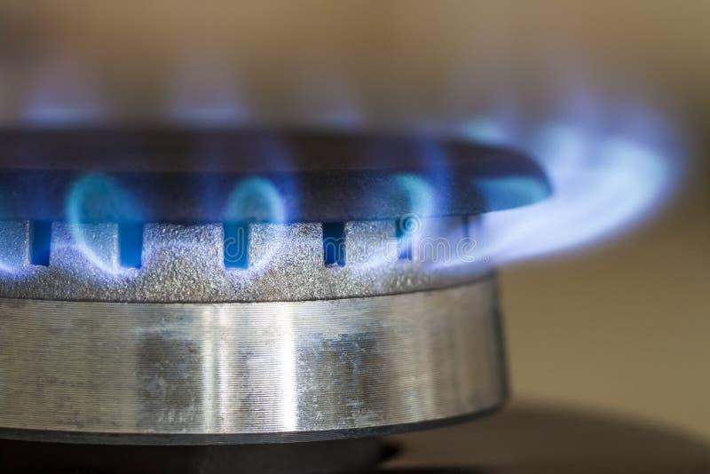 Brandwonden van aardgas omhoog sluiten de blauwe vlammen op de haardplaat van het keukenfornuis, royalty-vrije stock foto's