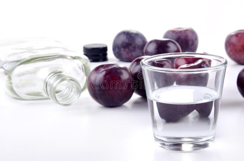 Brandy della prugna e prugne fresche fotografie stock