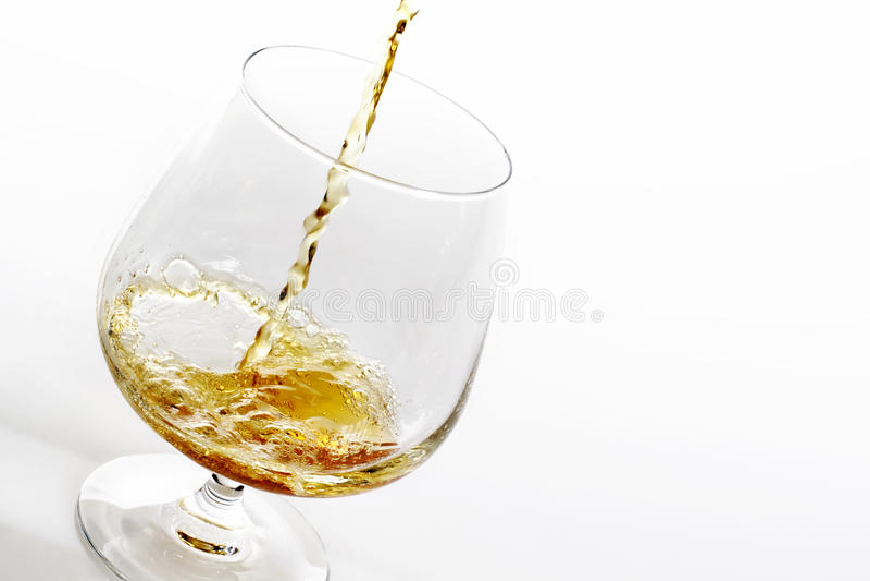 Brandy di versamento fotografie stock libere da diritti