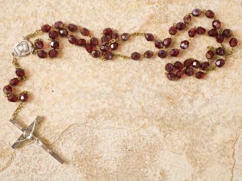 Branelli del rosario sulla pietra con lo spazio della copia fotografia stock