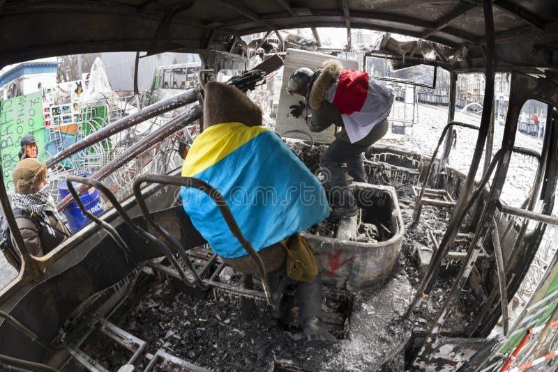 Brannte den Bus vor Bezirksregierung lizenzfreie stockfotografie