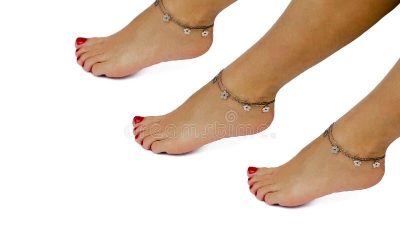 Bransoletka na żeńskiej stopie odosobniony obraz stock