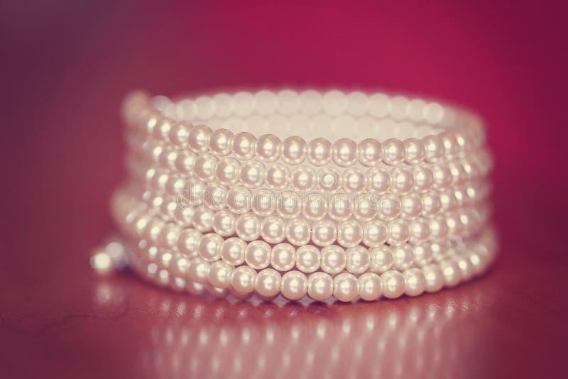 Download Bransoletka z perłami obraz stock. Obraz złożonej z nikt - 57653765