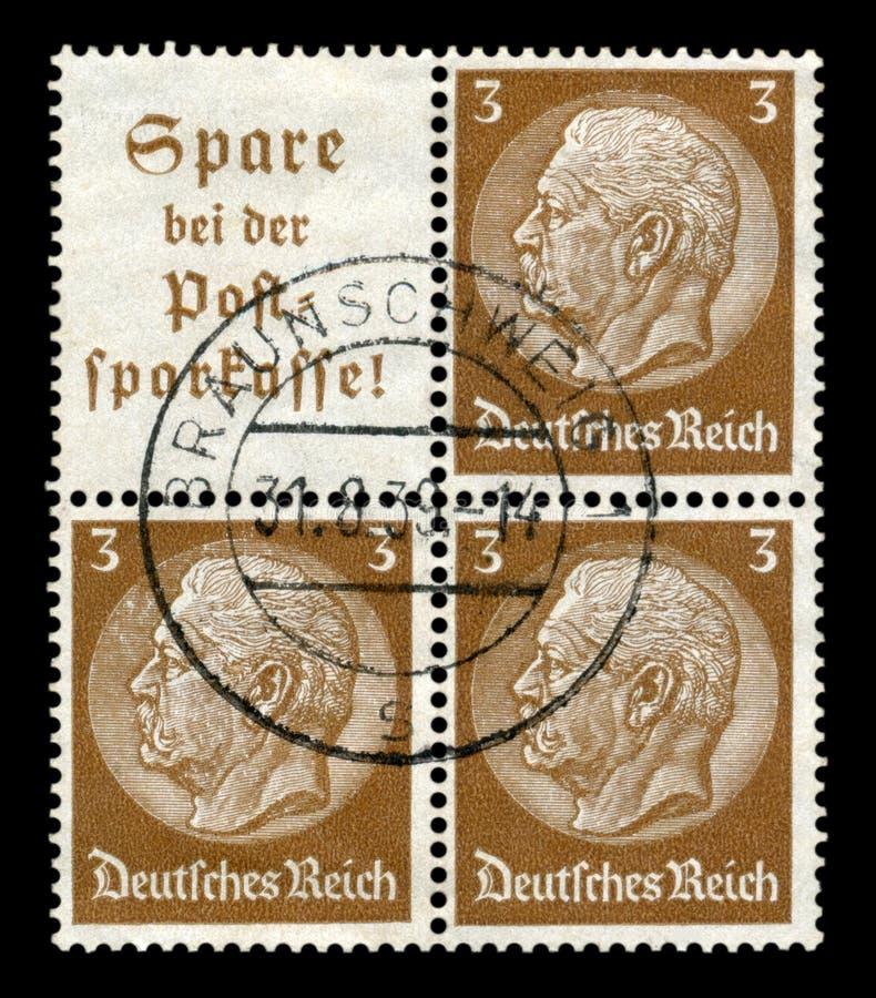 Bransvique, Alemanha - 31 de agosto de 1938: Bloco histórico alemão de três selos: Issu 1933-1936 dos medalhões de Paul von Hinde imagens de stock royalty free
