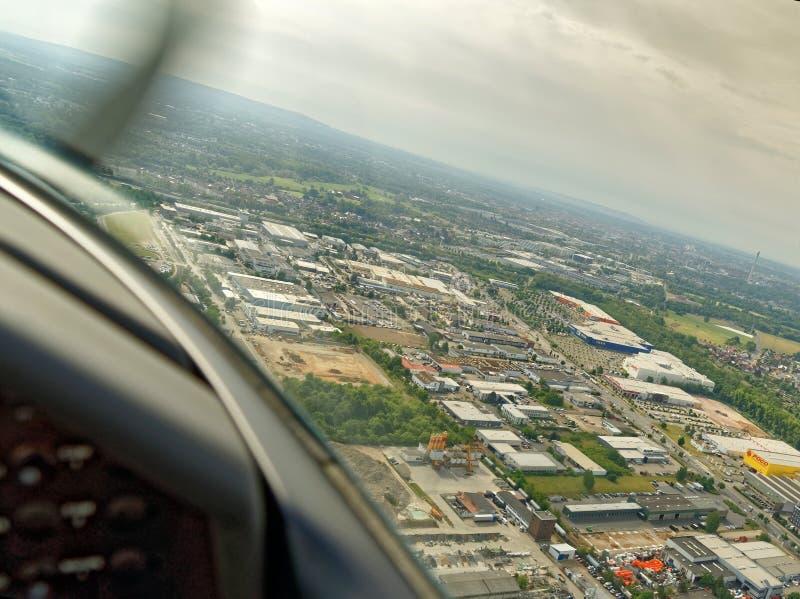 Bransvique, Baixa Saxónia, Alemanha, o 24 de maio de 2018: Área comercial e industrial no porto de Bransvique, vista aérea imagens de stock