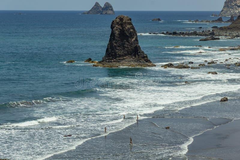 Brant h?g lava vaggar klippor Bl? havshorisont, naturlig himmelbakgrund arkivfoton