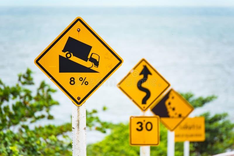 Brant tecken för trafik för lågt kugghjul för kullenedstigningsbruk på vägen i thailändskt fotografering för bildbyråer