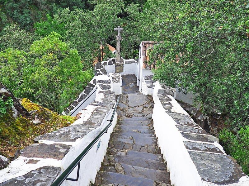 Brant trappa i bergen av Serra da Lousã, Portugal arkivfoton