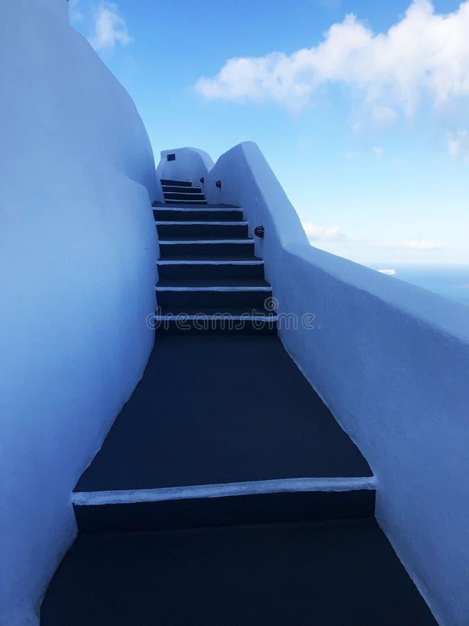 Brant trappa i den vita räcket av hotellet på den grekiska ön av Santorini arkivbild