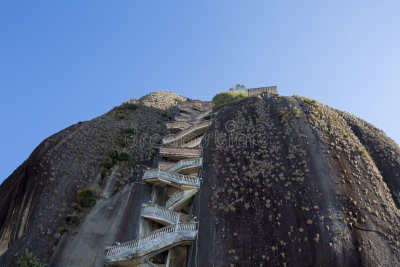 Branta moment som upp stiger Guatape, vaggar, Piedraen el Penol, Colombi arkivbilder