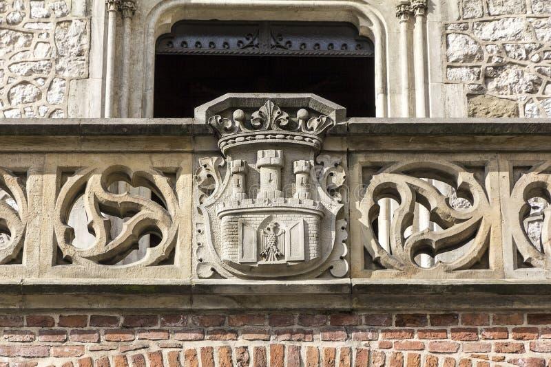 Brasão da cinzeladura de pedra de Cracow em Florian Gate em Cracow foto de stock
