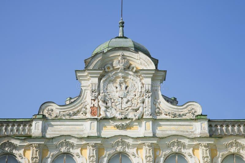 Brasão do russo no frontão do palácio imperial na fazenda Znamenka Peterhof fotos de stock royalty free