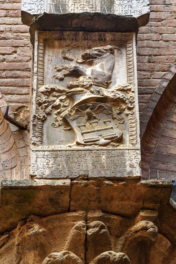 Brasão na parede no pátio de Palazzo Pubblico em Siena Italy imagens de stock
