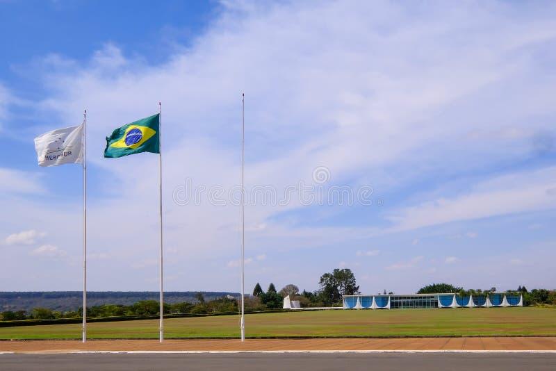 Brasília, Brasil, o 7 de agosto de 2018: Palácio de Alvorada, projetado por Oscar Niemeyer, com Mercosur e a bandeira brasileira, fotografia de stock
