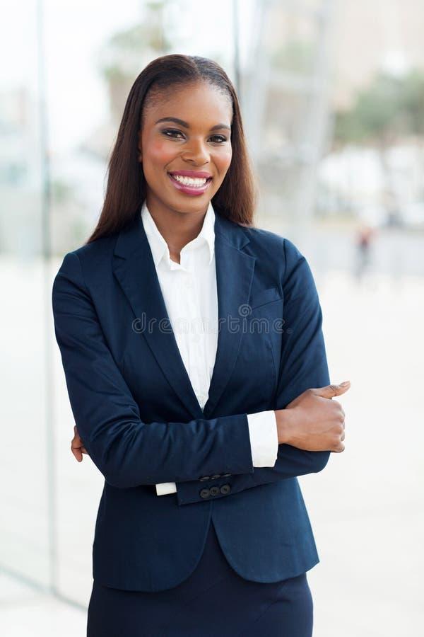 Bras africains de femme d'affaires pliés photos stock