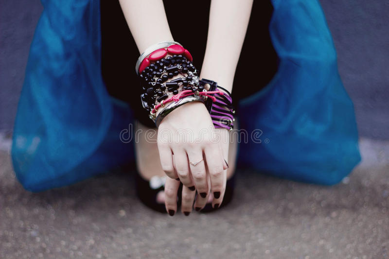 Bras avec des bracelets photographie stock