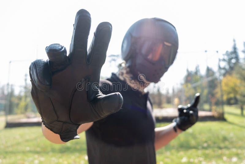 Bras d'apparence de Motorbiker pour arrêter une certaine action photos libres de droits