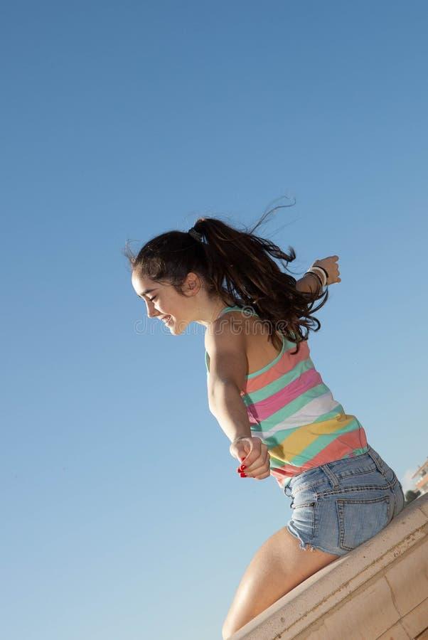 Bras de l'adolescence tendus pour la liberté de vacances image stock