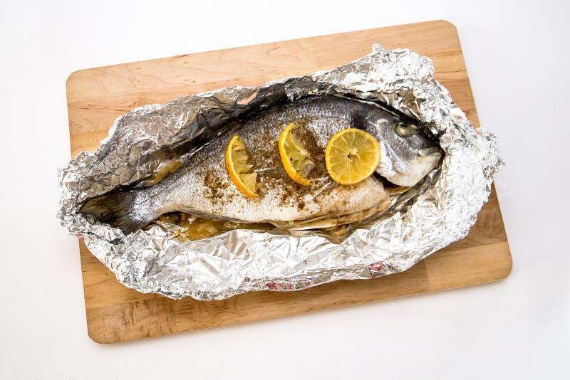 Bras de mer cuit dans du papier aluminium image stock