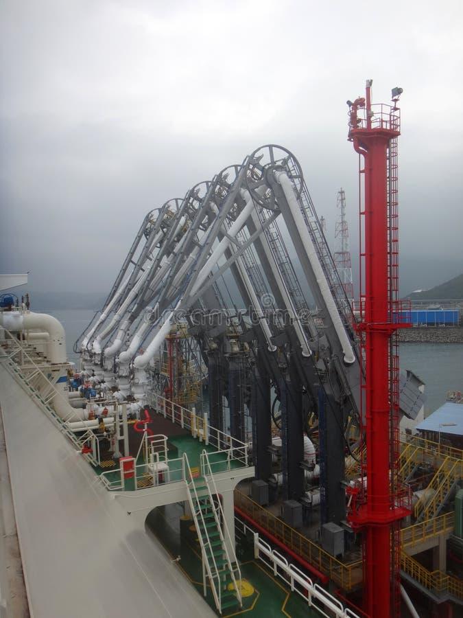 Bras de pression de GNL pour la cargaison de GNL de charge/décharge du bateau-citerne de gaz naturel liquéfié photos libres de droits
