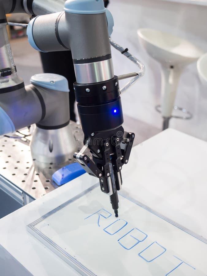 Bras de robot pour la chaîne de production automatique photographie stock