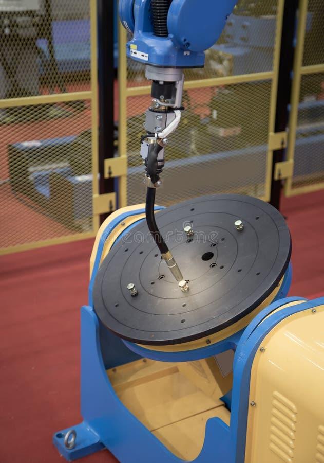Bras de soudure de robot photographie stock libre de droits