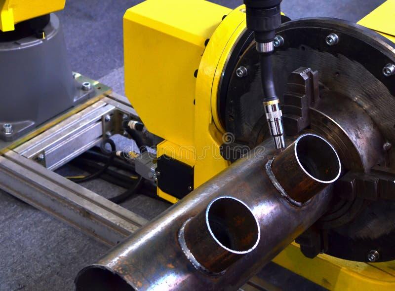 Bras de soudure robotique automatique industriel pour des op?rations de soudure en m?tal photos libres de droits