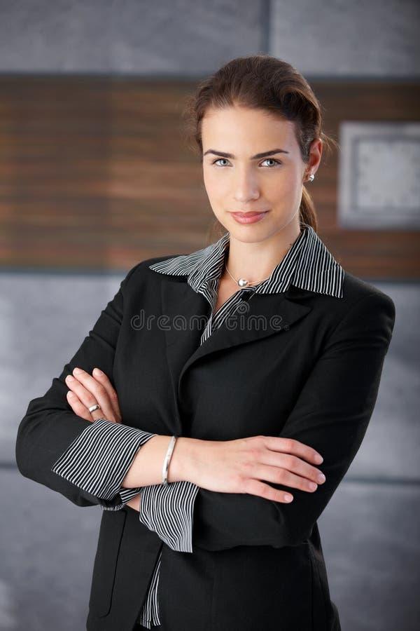 Bras de sourire de femme d'affaires pleine d'assurance croisés images libres de droits
