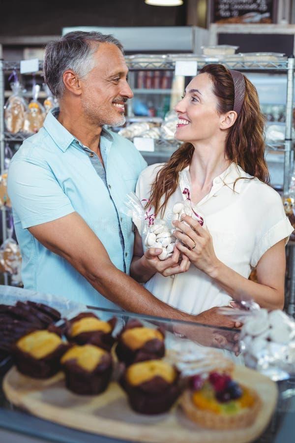 Download Bras Debout De Couples Mignons Autour Image stock - Image du bras, attrayant: 56487609